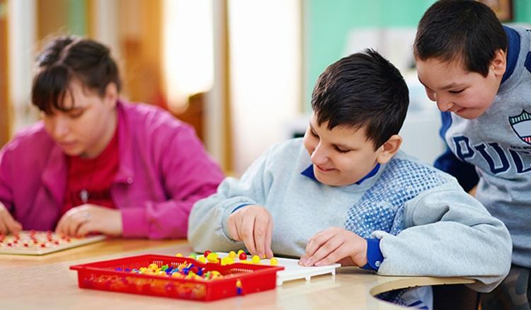 Vivre au quotidien avec un enfant autiste : communication et activités éducatives